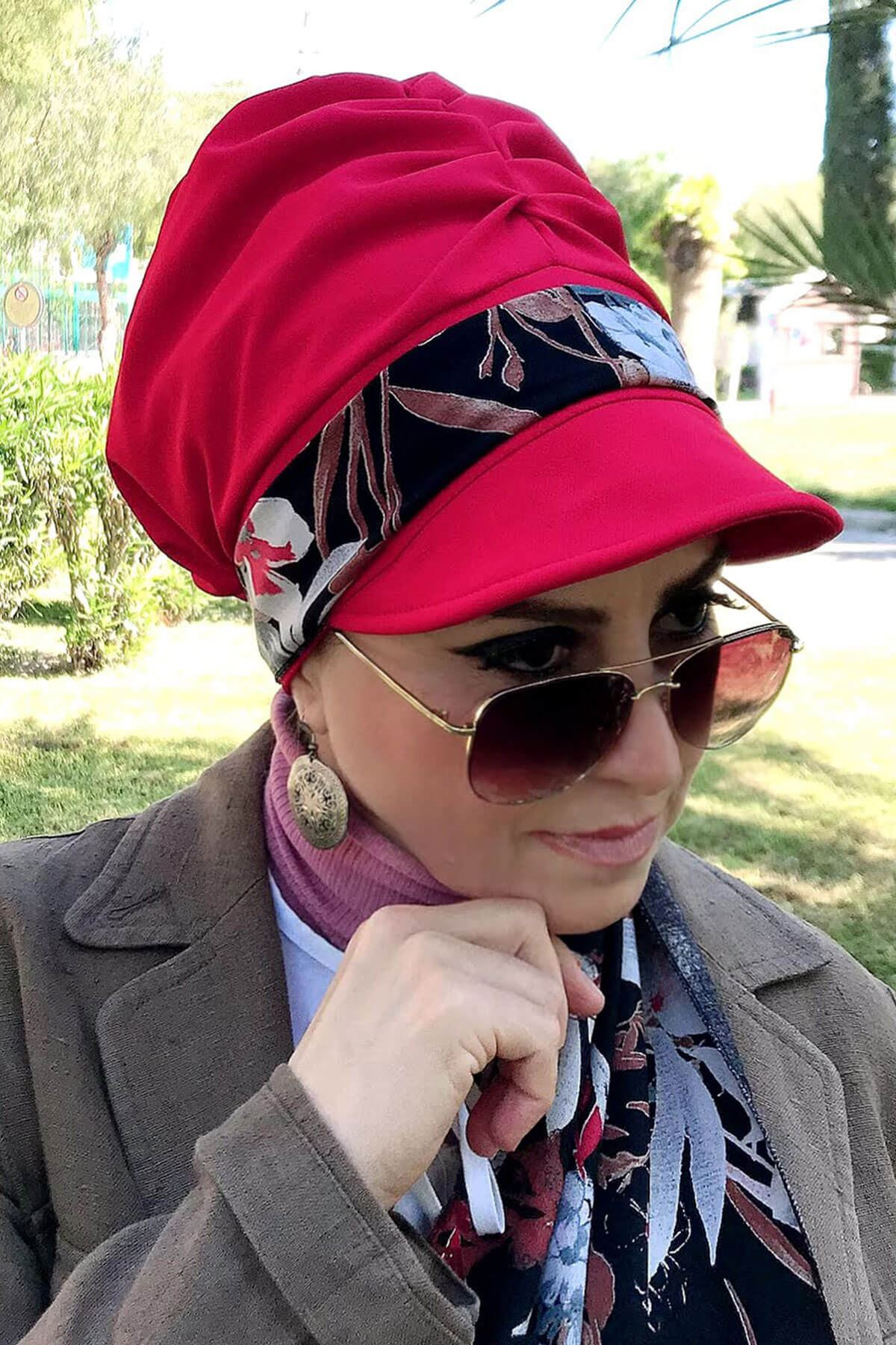 Kahverengi Yaprak Desenli Kırmızı Fularlı Şapka