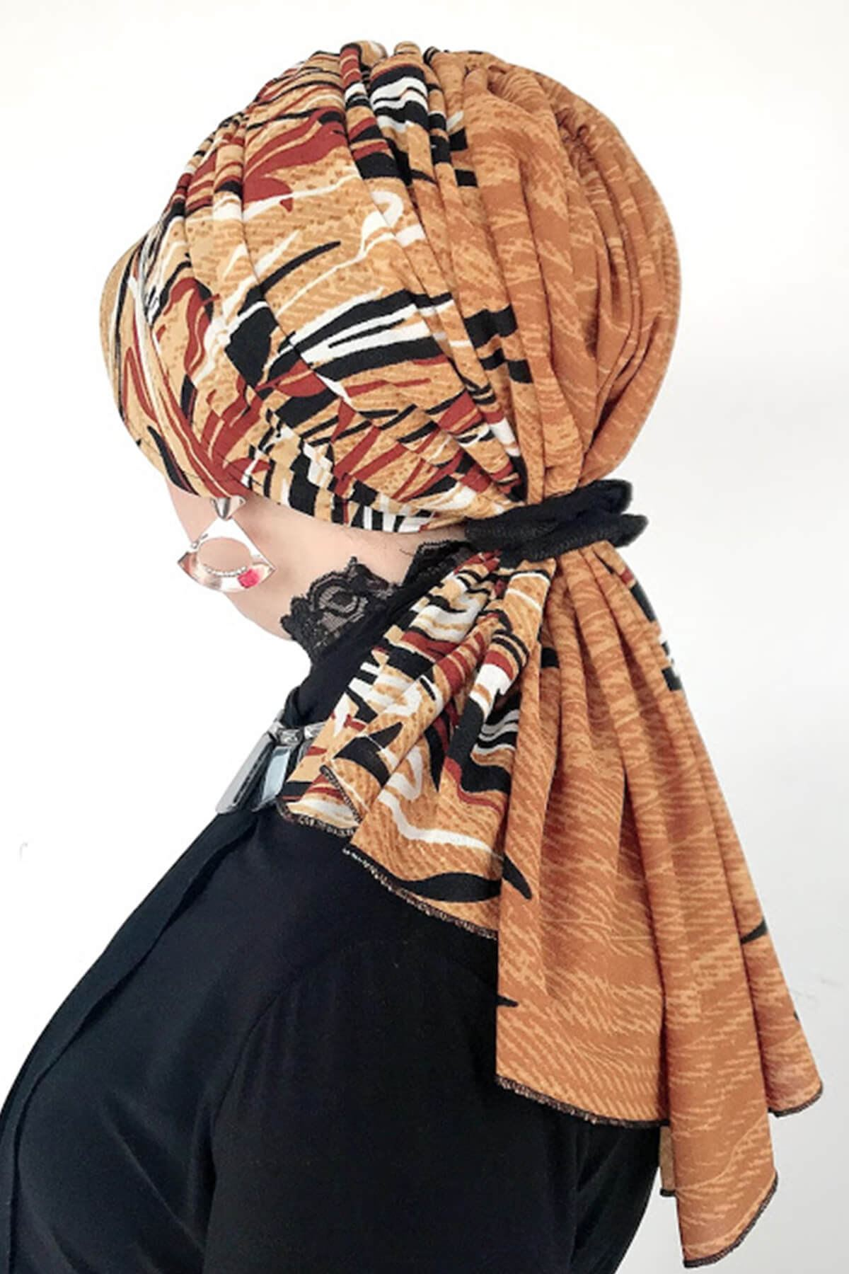 Kremit Siyah Desenli Sarı Siperli Lastikli Tokalı Bone