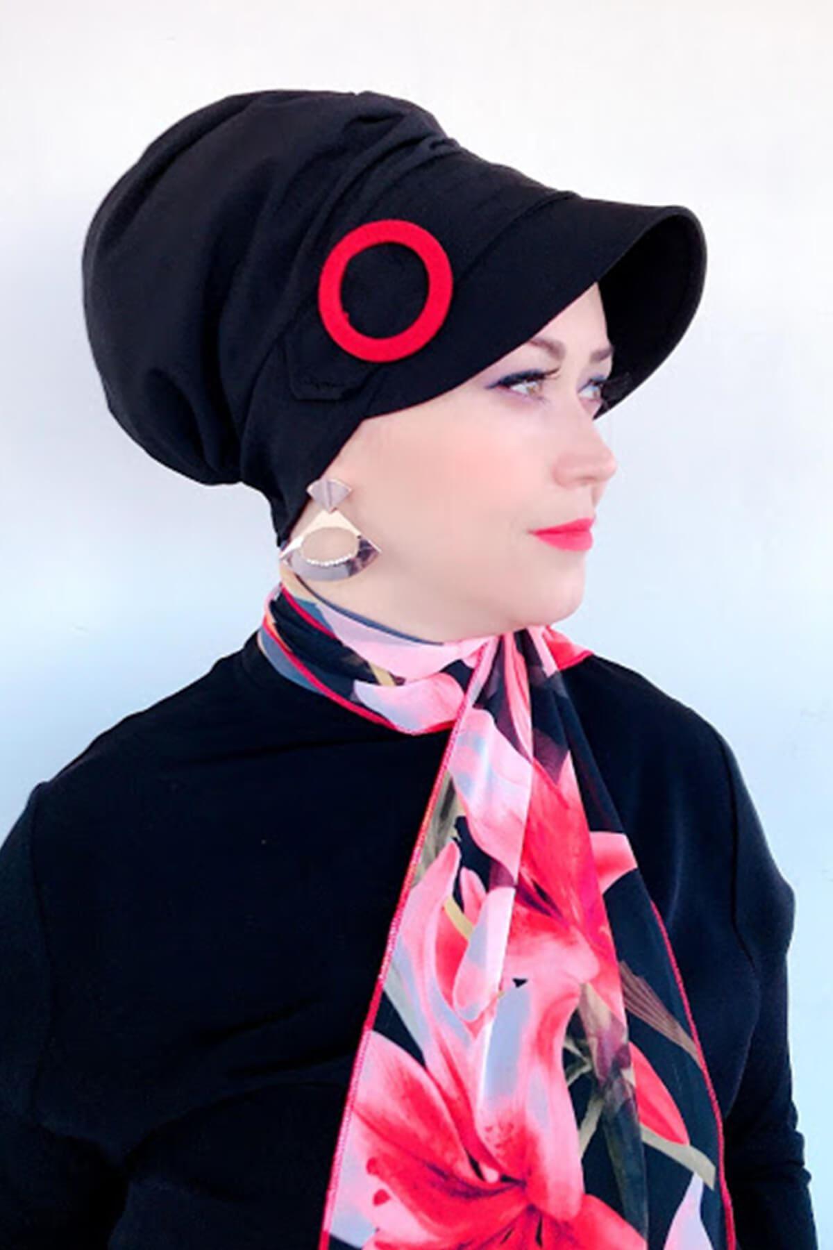 Siyah Kırmızı Tokalı Şapka