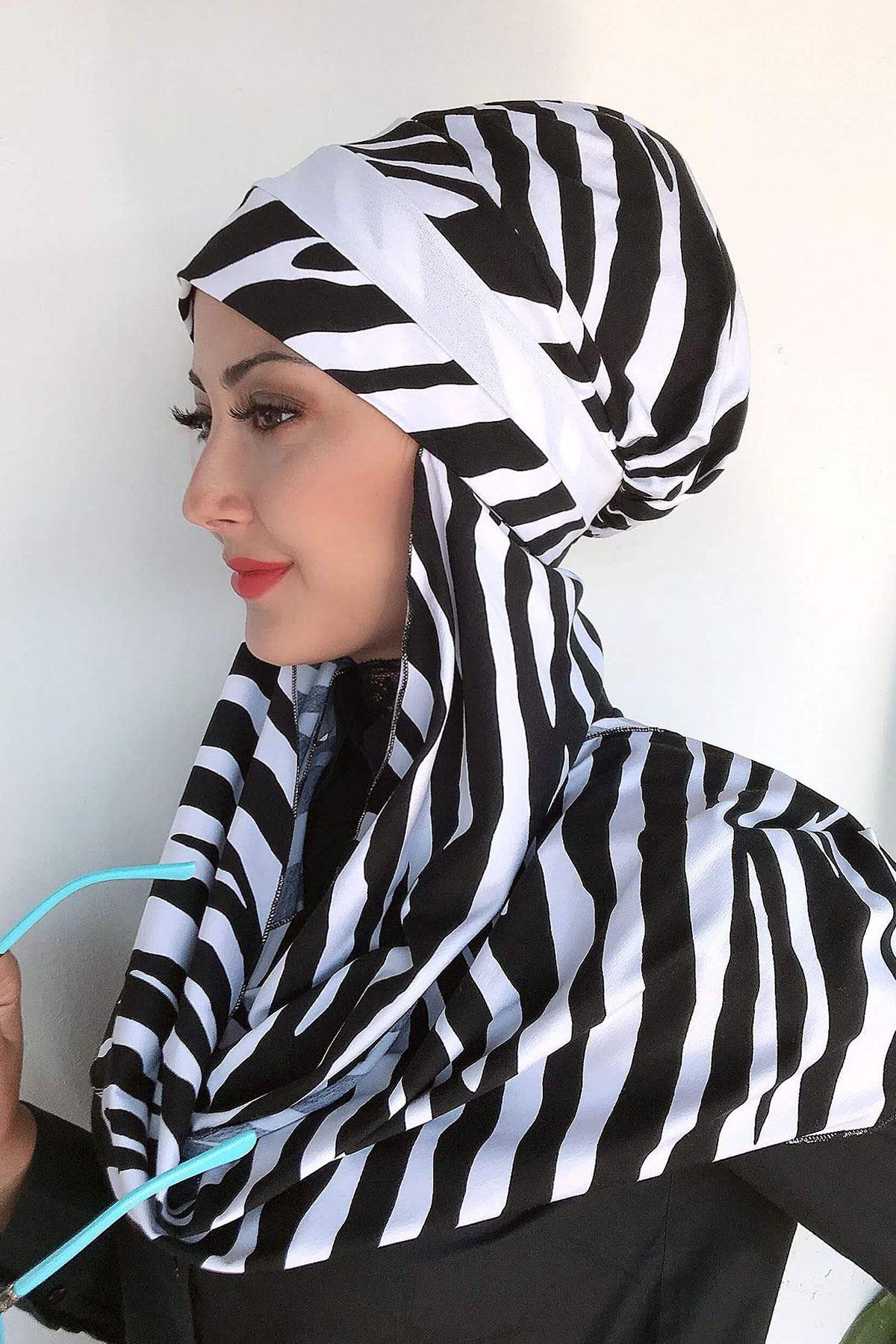 Zebra Desenli Beyaz Drapeli Atkılı Bone