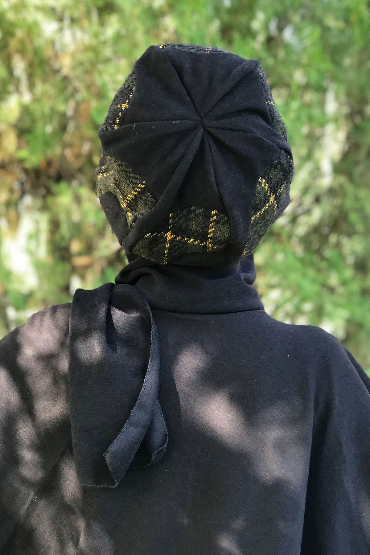 Siyah Püsküllü Panço&Siyah Yarımay Model Yeşil Ekoseli Hardal Selanik Atkılı Bere Şal Kombin