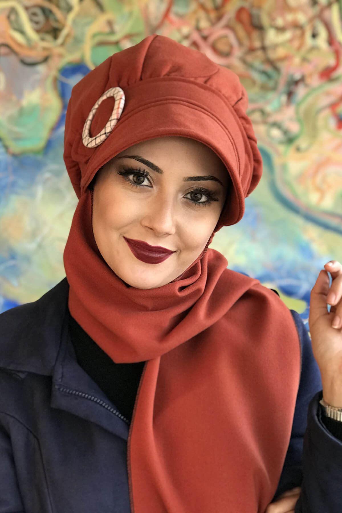 Koyu Tarçın Renkli Yuvarlak Tokalı Şapka Şal Elif Model