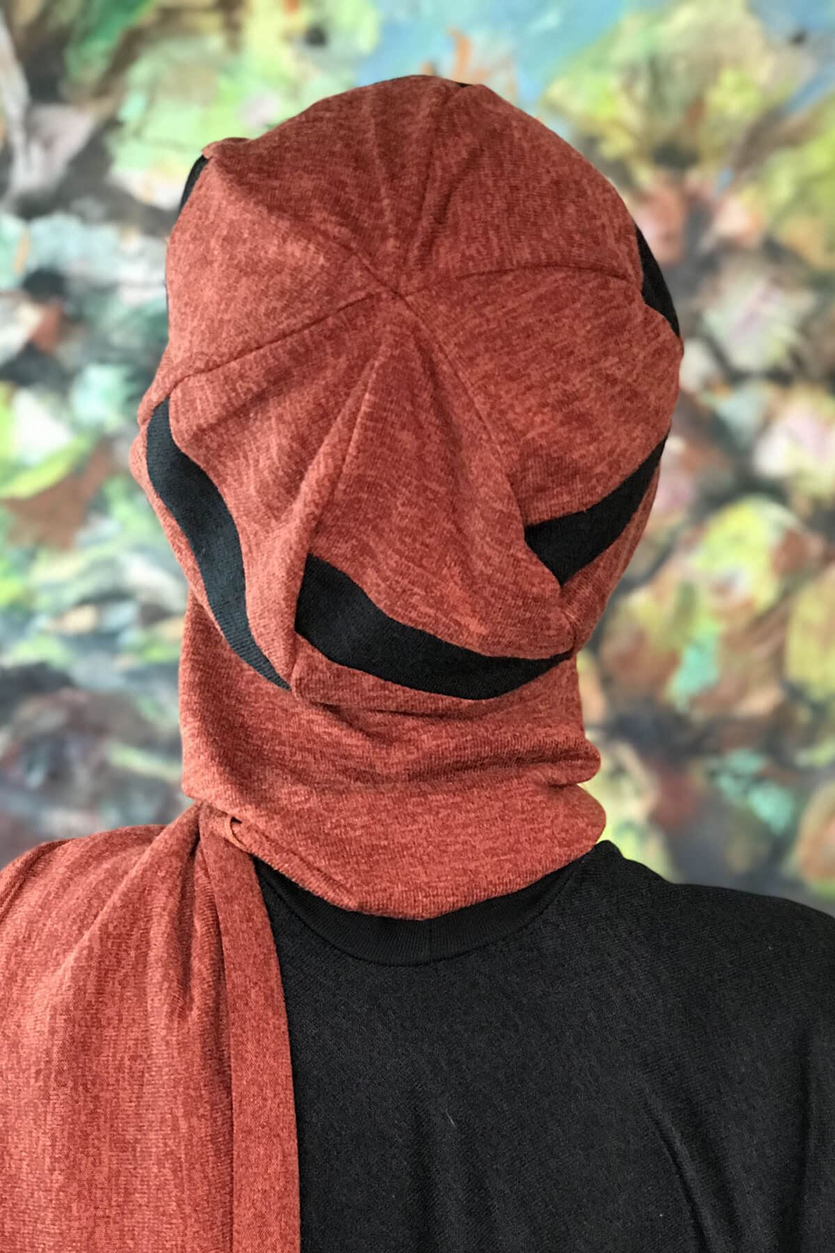 Koyu Tuğla Renkli Şerit Detaylı Siyah Atkılı Tokalı Şapka Şal