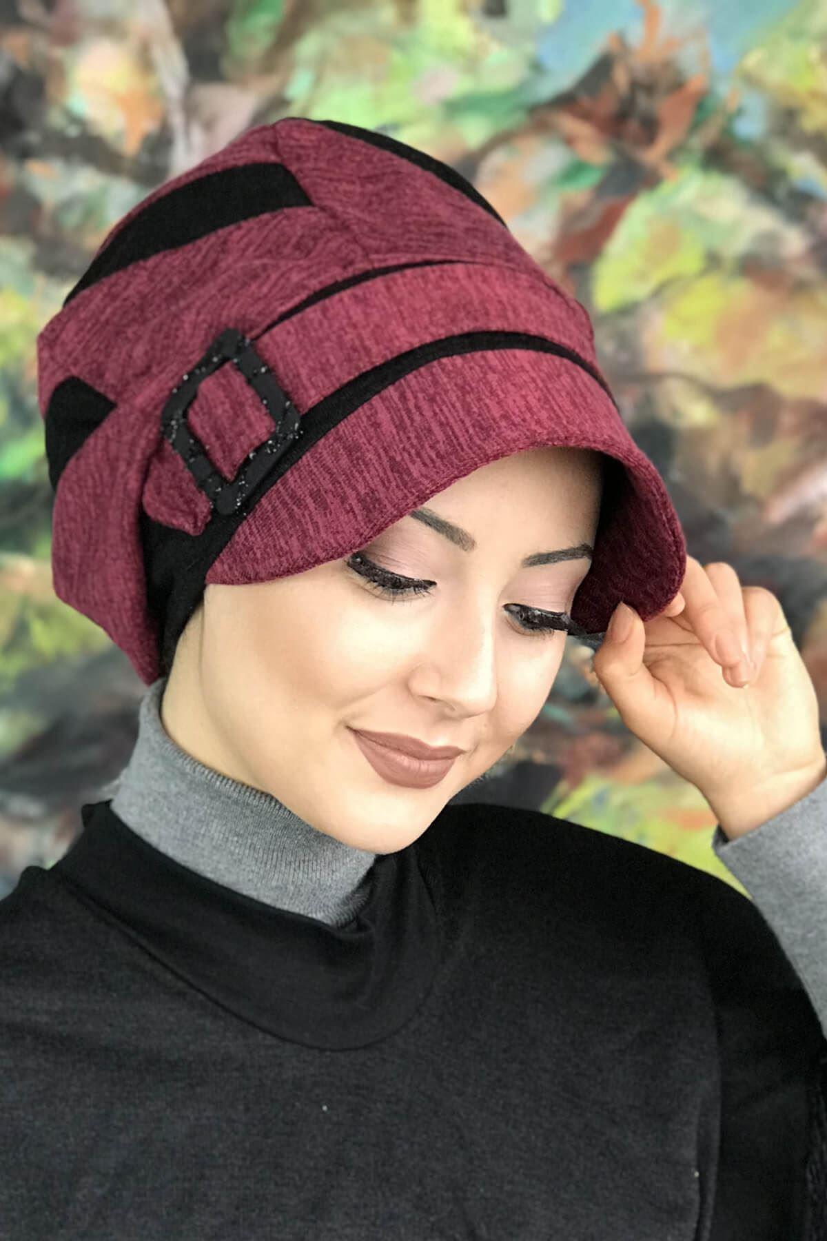 Siyah Şerit Detaylı Vişne Renkli Tokalı Şapka