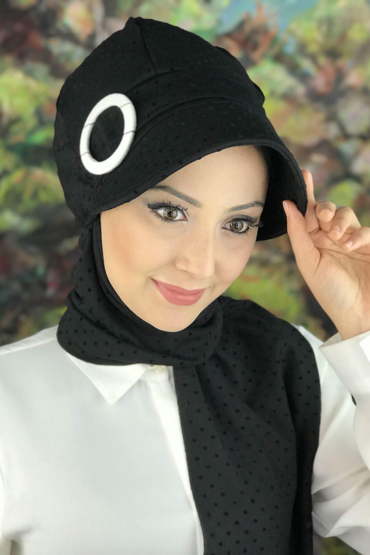 Siyah Benekli Desenli Tokalı Atkılı Şapka